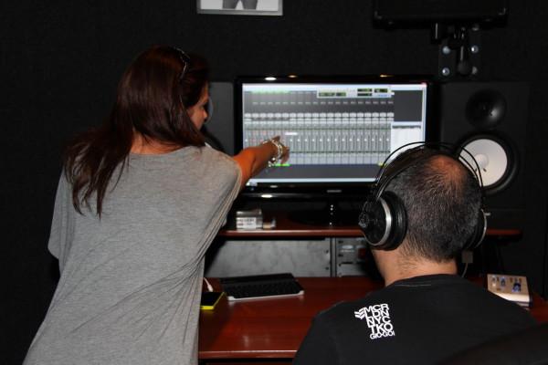 Shirley Ann en Tony van de Broek kritisch in de control room
